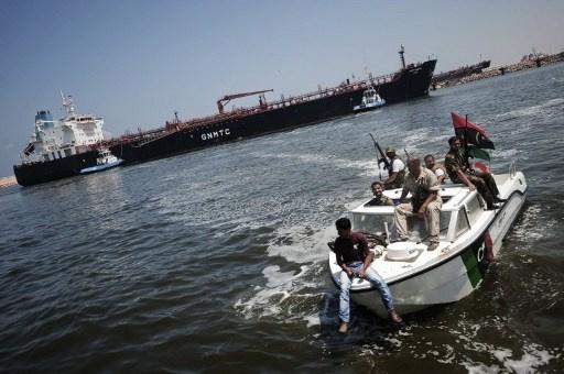 ناقلة تستعد لتحميل النفط في ميناء ليبي تحت سيطرة محتجين