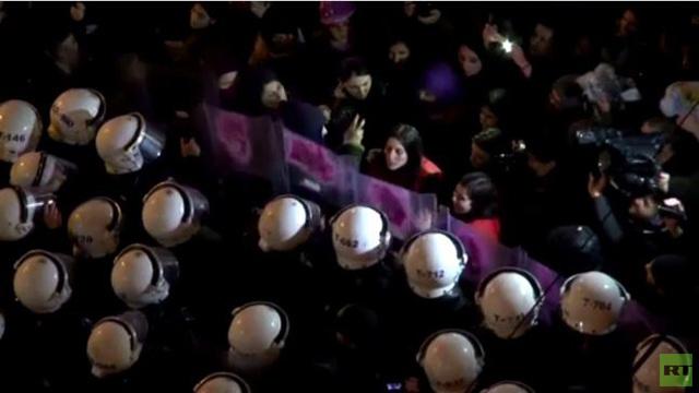 بالفيديو.. الشرطة التركية تفرق مظاهرات بمناسبة يوم المرأة في اسطنبول