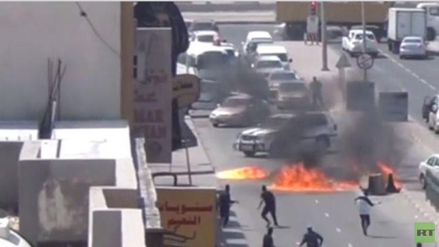ملثمون يستهدفون نقطة تفتيش في البحرين بالزجاجات الحارقة (فيديو)