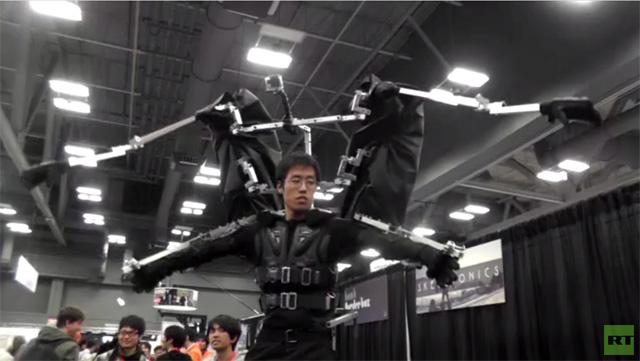 الإنسان يتحكم بالروبوت بارتدائه (فيديو)