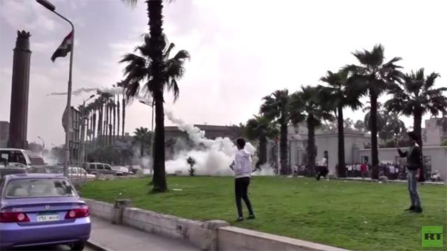 بالفيديو: تجدد الاشتباكات بين الشرطة والطلاب الموالين للإخوان في جامعة القاهرة