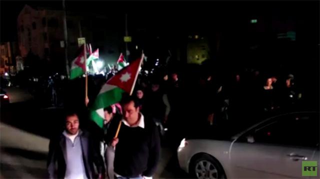 بالفيديو.. احتجاج أمام السفارة الاسرائيلية في عمان استنكارا لمقتل قاض أردني بنيران اسرائيلية