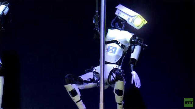 روبوتات راقصة حول العمود تضفي البهجة على زوار معرض تجاري (فيديو)
