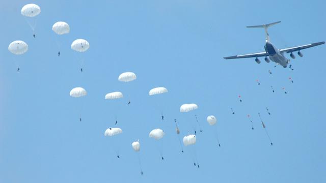 إنزال 3500 مظلي في إطار تدريبات القيادة والأركان في روسيا