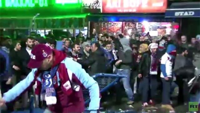 مشجعو فريقي كرة القدم يشتبكون في الشوارع (فيديو)