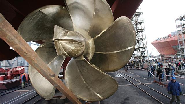 مراسم إنزال سفينة حراسة روسية حديثة الى البحر