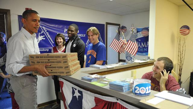 أوباما يوصل البيتزا لموظفي حملته في نيفادا