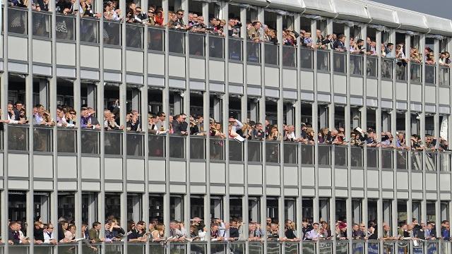 صور تظهر آلاف المتفرجين خلال مهرجان شيلتينهام لسباق الخيل