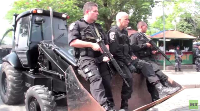 الشرطة البرازيلية تمشط أحياء الفقراء قبل بطولة كأس العالم (فيديو)