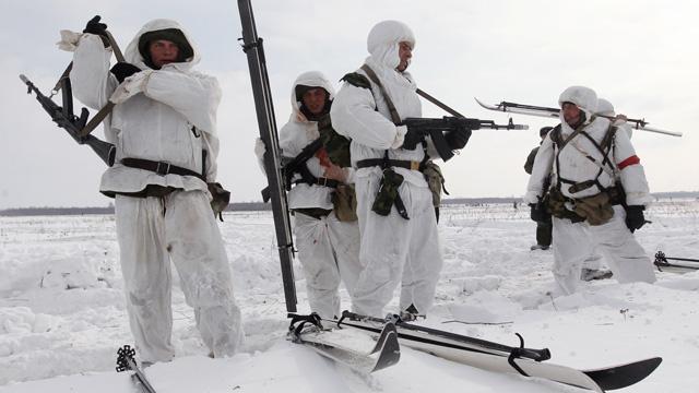 بالفيديو.. أول إنزال جماعي للمظليين الروس في منطقة القطب الشمالي