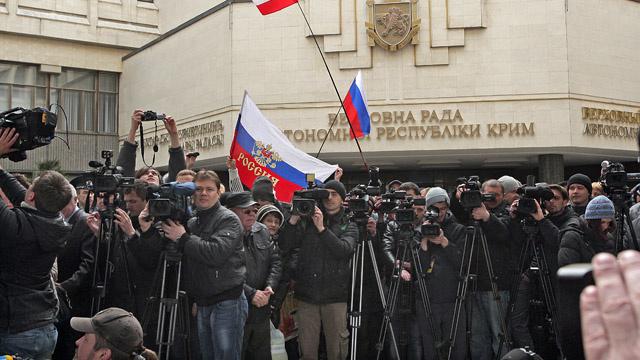 مسلحون يعيقون عمل الصحفيين الروس في أوكرانيا تحت تهديدات بالتصفية الجسدية