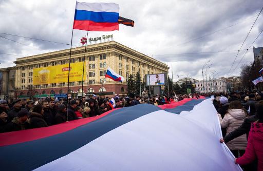 الآلاف في خاركوف يطالبون باجراء استفتاء حول فيدرالية مع اوكرانيا