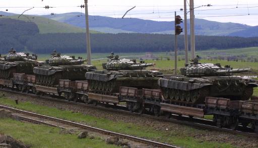 سكان الاقاليم الشرقية لاوكرانيا يعيقون تفريغ قطارات محملة بالمدرعات قادمة من الغرب