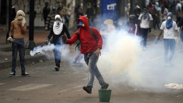 قوات الأمن تستخدم الغاز المسيل للدموع لتفريق المتظاهرين في كاراكاس