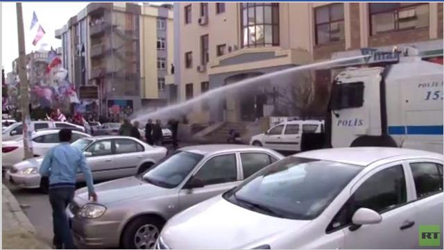خراطيم المياه لتفريق المتظاهرين في مدينة إزمير التركية (فيديو)