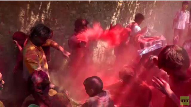 بالفيديو.. أجانب يشاركون لأول مرة في الاحتفال بمهرجان الألوان في مومباي