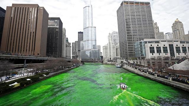 بالصور والفيديو..نهر شيكاغو يتلون بالأخضر ومسيرة خضراء في برلين احتفالا بعيد القديس باتريك