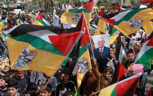 آلاف الفلسطينيين يتظاهرون تأييدا للرئيس الفلسطيني قبل لقاءه بأوباما