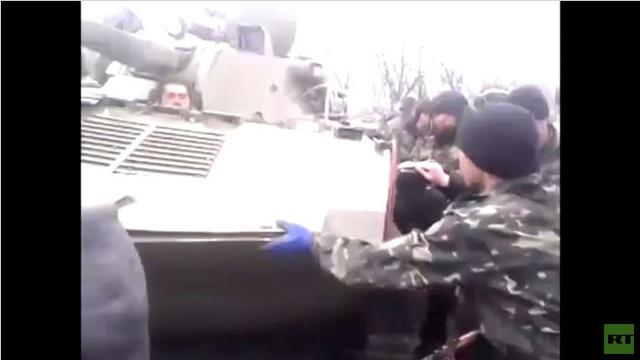 مواطنون في دونيتسك شرق أوكرانيا يحاولون منع تحرك آليات عسكرية ثقيلة في طريق عام (فيديو)