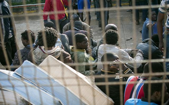 مئات المهاجرين الأفارقة يقتحمون جيب مليلية الإسباني في المغرب