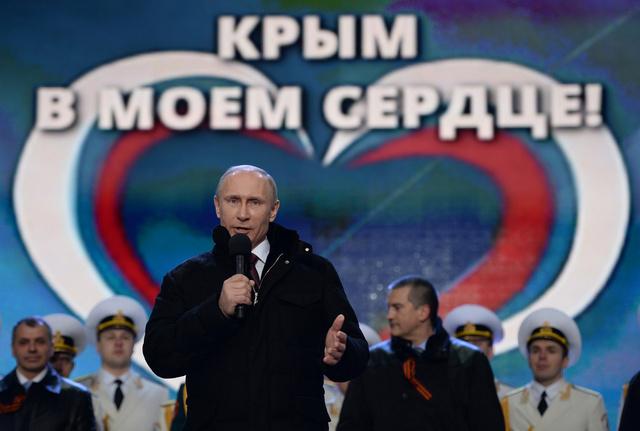بوتين يحضر احتفالات شعبية بانضمام القرم الى روسيا في الساحة الحمراء بموسكو