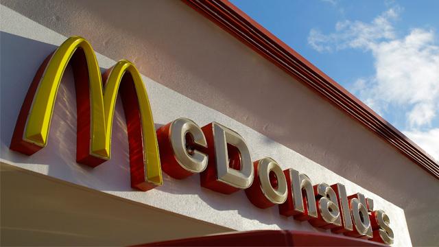 القضاء الأمريكي يلزم مطاعم ماكدونالدز بتعويض عمالها عن انتهاكات حقوقهم