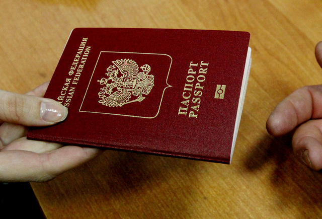 بدء تسليم الجوازات الروسية لمواطني القرم