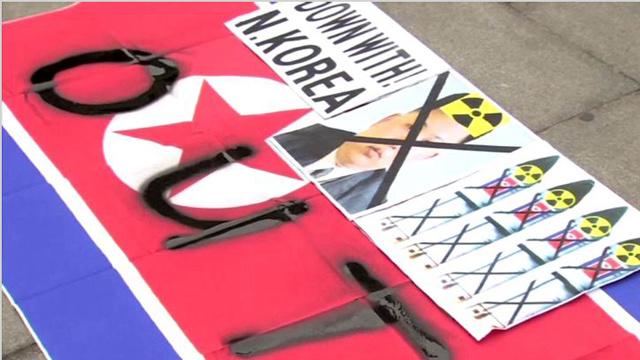 حرق صور لكيم جونغ أون خلال تظاهرة مناهضة لكوريا الشمالية في سيئول (فيديو)