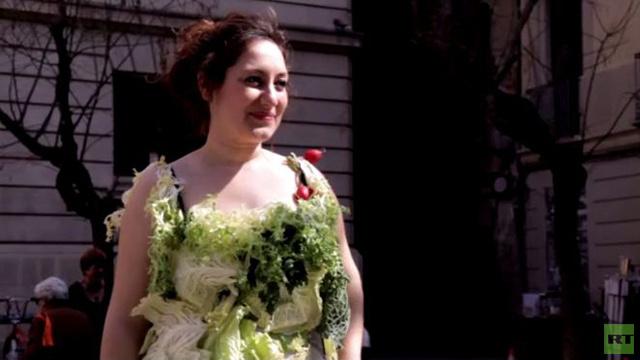 بالفيديو.. ناشطة تتظاهر بفستان من الخس دعما لأسلوب الحياة النباتي في برشلونة