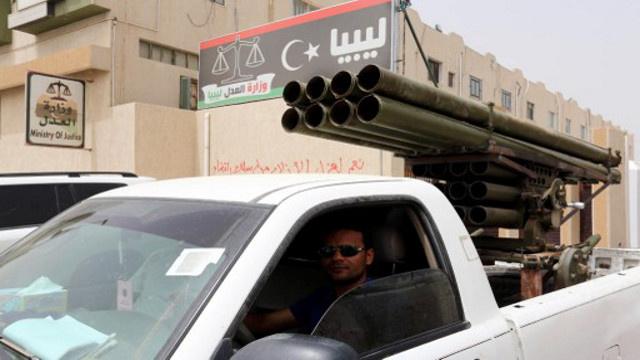 وزير النقل الليبي: مطار طرابلس استهدف بقنبلة وليس بالصواريخ