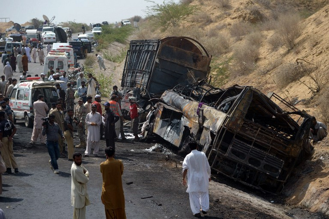 مقتل 35 شخصا بحادثة اصطدام جنوب باكستان