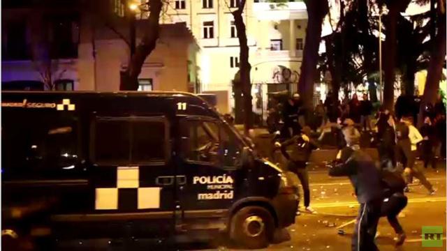 اشتباكات بين الشرطة وعاطلين عن العمل في إسبانيا (فيديو)
