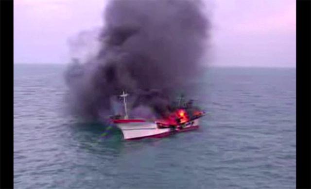 مقتل 6 أشخاص بعد نشوب حريق في سفينة صيد في بحر الصين الشرقي (فيديو)