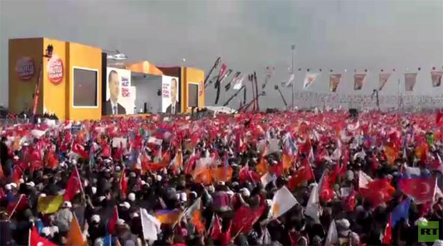 الآلاف يجتمعون لحضور خطاب رئيس الوزراء التركي (فيديو)