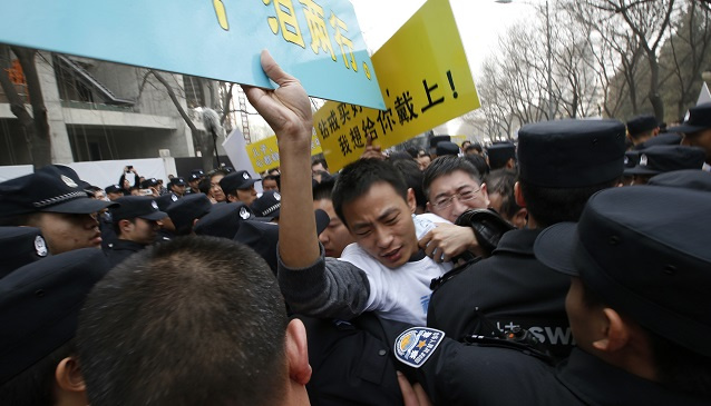 اشتباكات بين عائلات ضحايا الطائرة المنكوبة وقوات الأمن بمحيط السفارة الماليزية في بكين (فيديو)