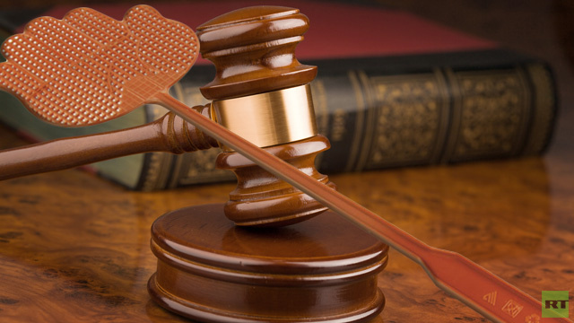 دعوى ترفع في كازاخستان ضد حقوقي اعتدى على قاض بقاتلة ذباب