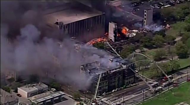 حريق يشب في مجموعة من المباني في هيوستن (فيديو)