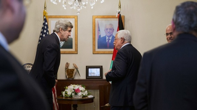 كيري يلتقي عباس في محاولة لإقناعه بتمديد المفاوضات