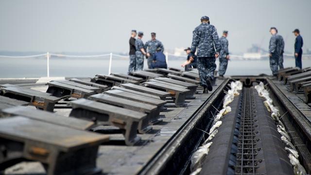 سائق شاحنة للنقل البعيد يفتح النار في قاعدة بحرية أمريكية