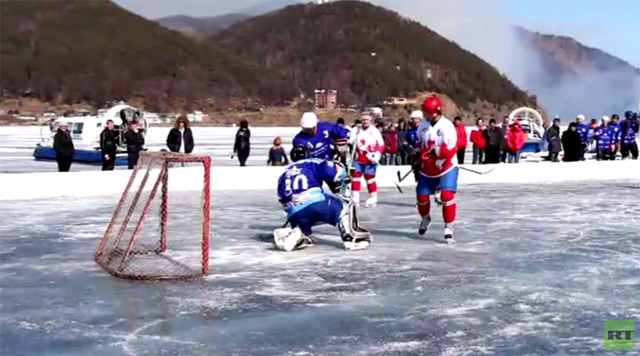 بالفيديو .. بحيرة البايكال الأعمق والأجمل في العالم تتحول إلى ساحة لهوكي الجليد