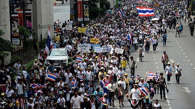 تايلاند.. تظاهر الآلاف من أنصار المعارضة للإطاحة برئيسة الوزراء