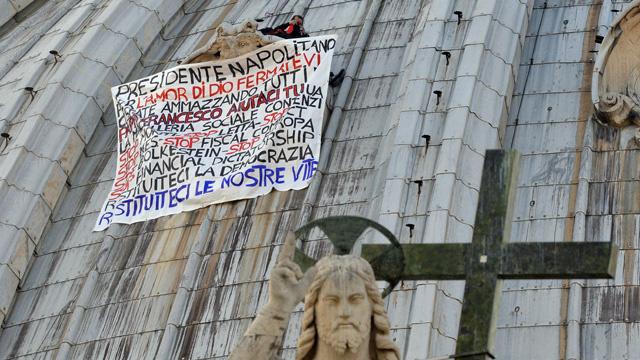 رجل أعمال إيطالي مفلس يتسلق قبة كاتدرائية الفاتيكان