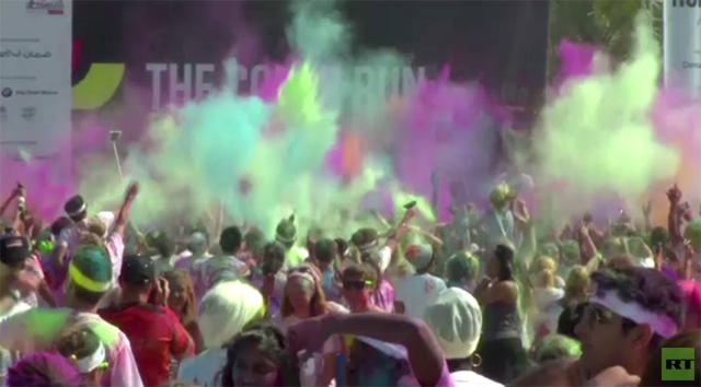 بالفيديو.. ألوان قوس القزح تزين عدائين أثناء فعالية الجري الملون