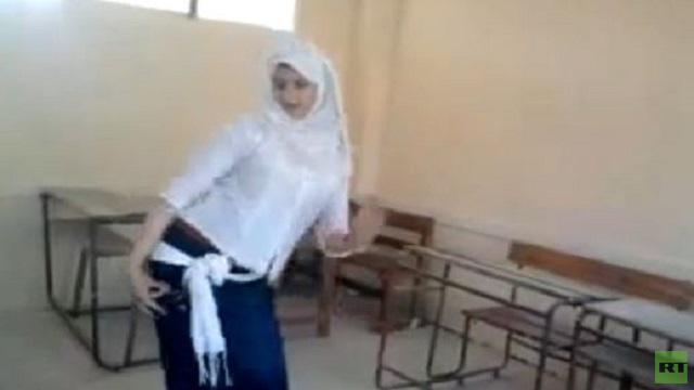 بالفيديو .. تلميذة متأثرة بمدرسة فيفي عبده ترقص في الفصل