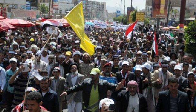 آلاف اليمنيين يطالبون بإقالة النائب العام بسبب التقصير في تحقيقات قتل المتظاهرين