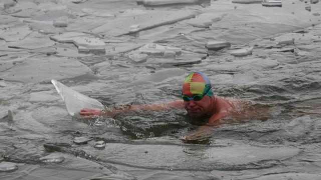 عشاق السباحة الشتوية في سيبيريا يقضون 40 ساعة في الماء البارد