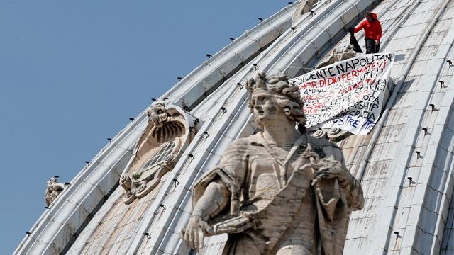 رجل أعمال يقضي يومين على قبة كاتدرائية القديس بطرس في الفاتيكان