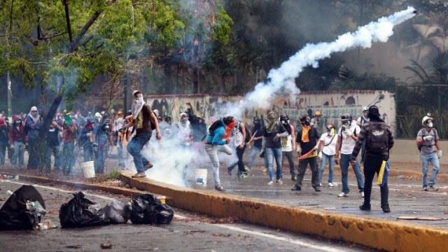 7 جرحى خلال تفريق الشرطة الفنزويلية مظاهرة في كاراكاس (فيديو)