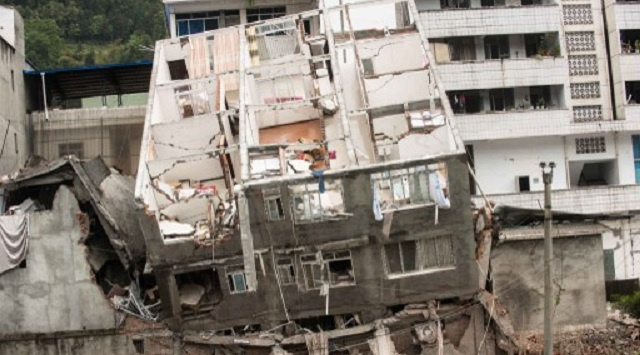 إجلاء 4 أشخاص أحياء من تحت أنقاض مبنى منهار في شرق الصين