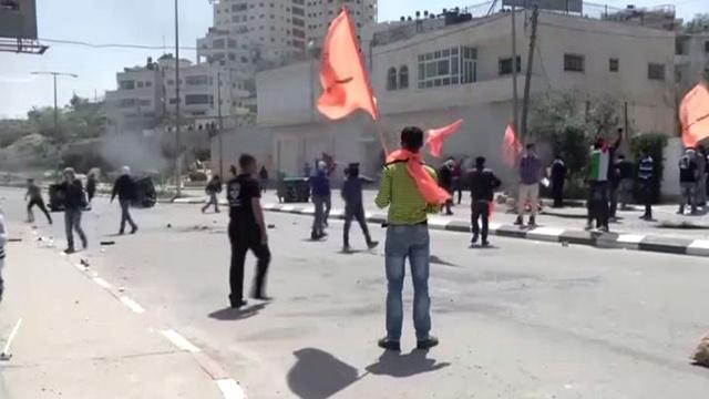 مراسلنا: جرحى في مواجهات بين متظاهرين فلسطينيين وقوات اسرائيلية أمام سجن عوفر برام الله